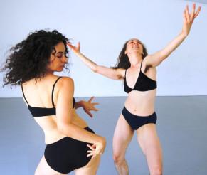 שתי רקדניות במופע מחול חדש ונועז: משתפות / משקפות