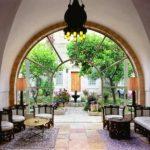 מסעדת המלון - חוויה קולינרית אוריינטלית, וברקע - מוסיקת המואזין.