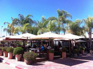מסעדת קמליה: דק ושמשיות עם נוף של הרי השומרון וכביש שש.