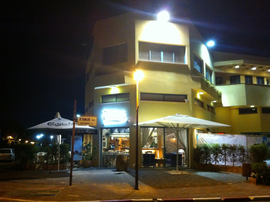 בלב שכונת הווילות בתוך המרכז המסחרי יש ריחות של פאסטה ולינגוויני