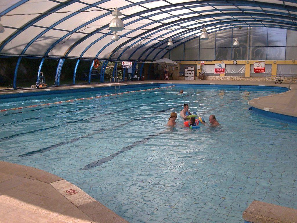 הבריכה מחוממת בחורף