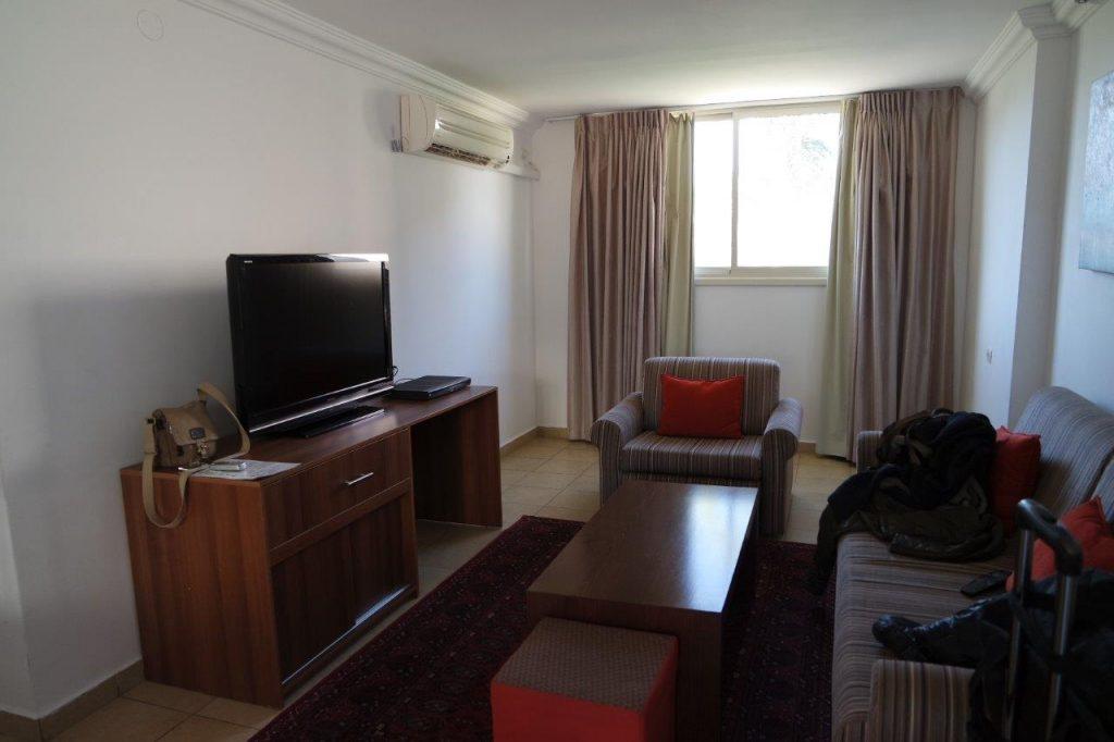 הדירות בקומה התחתונה צמודות מרפסת ומרווחות מאד.