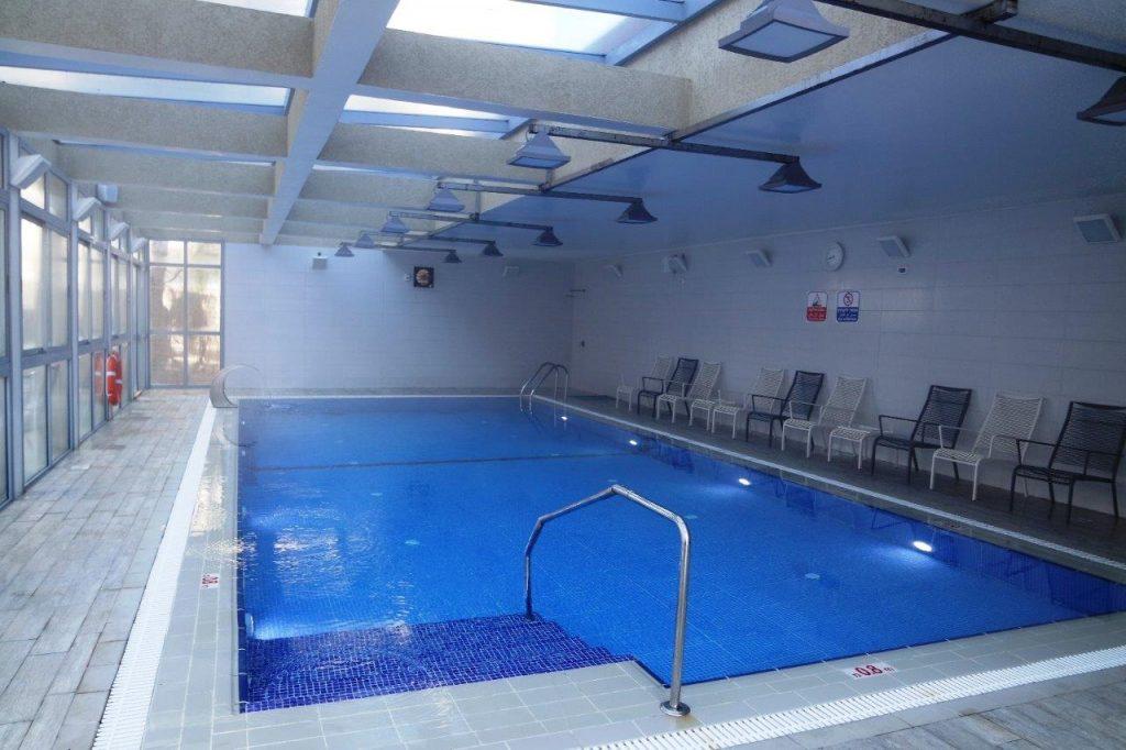 הבריכה מקורה ומחוממת. שעות הפתיחה מוגבלות לנוכחות מציל.