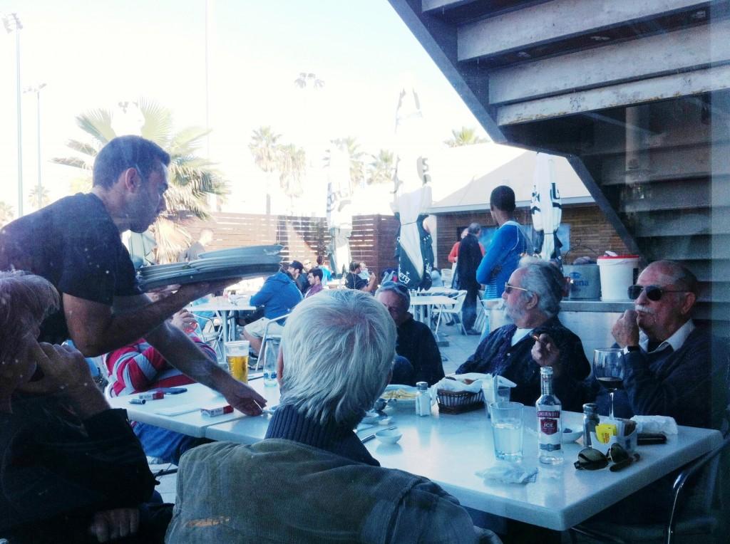 """שולחן """"הוותיקים"""" במסעדת החוף. כל ה""""מי-ומי"""" באשדוד מגיעים."""