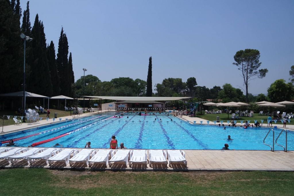 בריכת השחייה האולימפית פתוחה רצוף עד מאוחר בלילה.