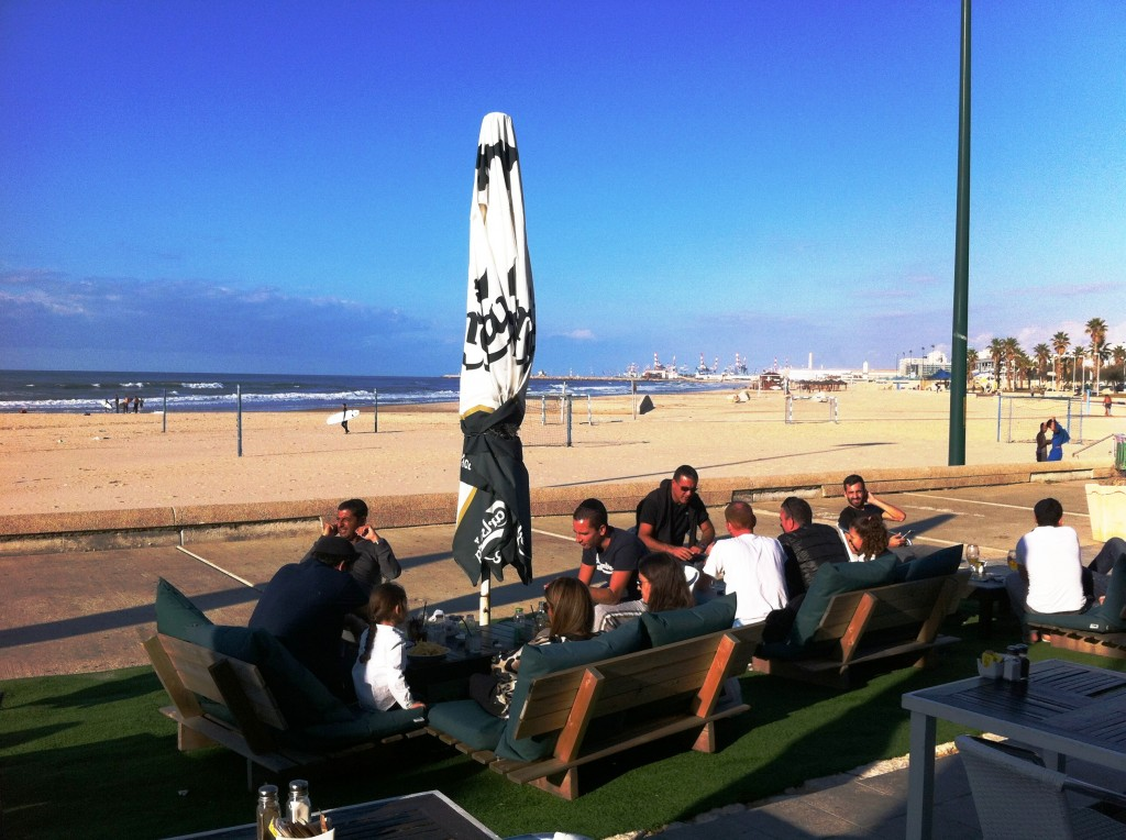 במסעדת החוף באשדוד ניתן לשבת ממש מול הים, גם מחוץ למסעדה