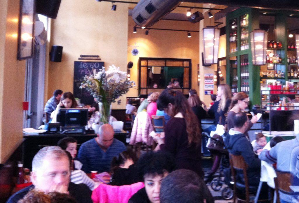 משפחות-משפחות באים בני השרון ומתייצבים לארוחת שבת בצהריים