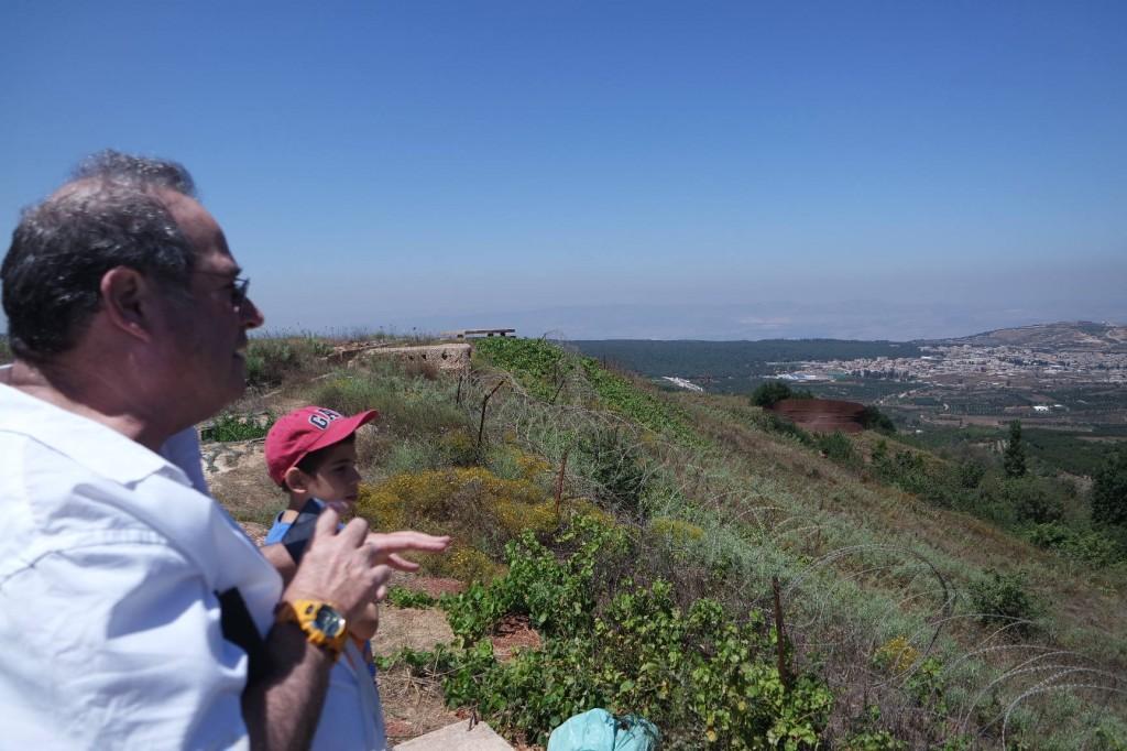 יוסי מסביר על נופי עמק יעפורי, ואדר בולע כל מילה.