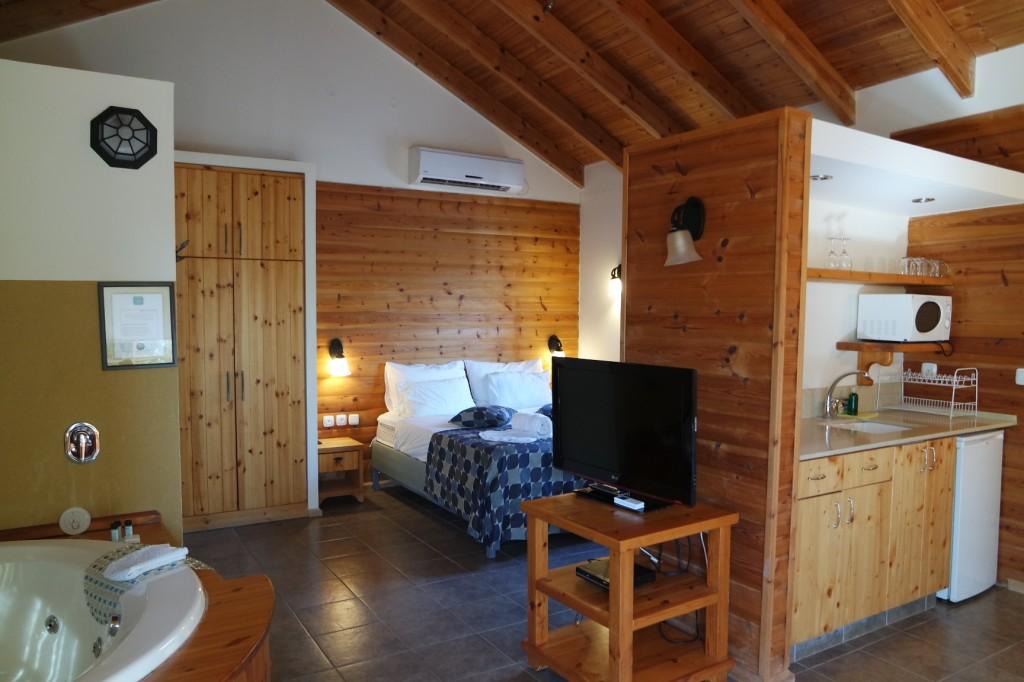 עיצוב כפרי ספון עץ, מרווח ומצויד.