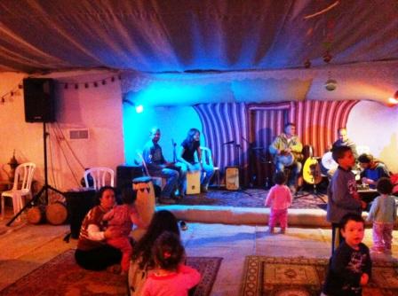 מוסיקה חיה ובועטת, וחגיגה לילדים שנמאס להם לשבת ליד ההורים