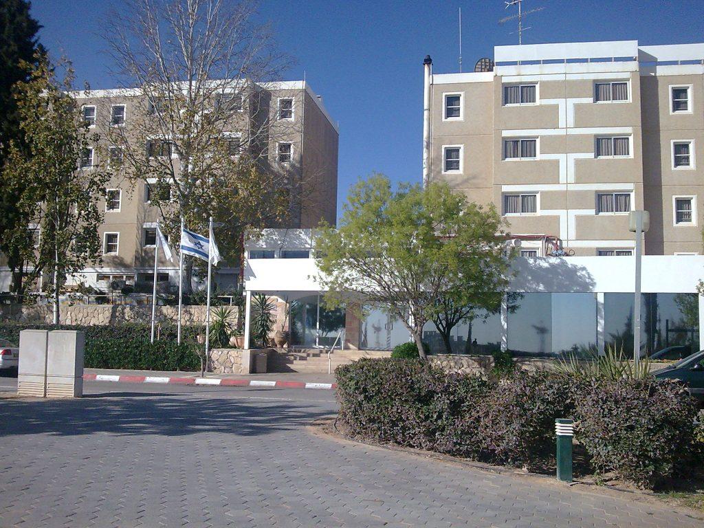 חזית המלון - שיכון לדוגמא!