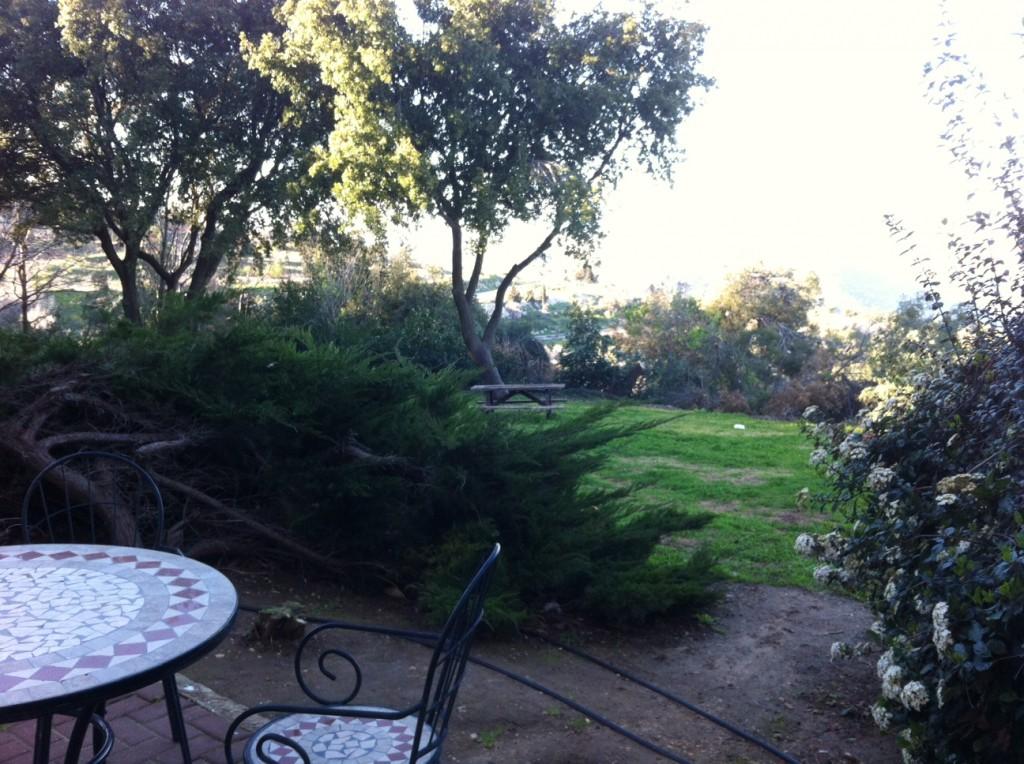 שלווה כפרית על ראש ההר. הרחק למטה פרושה אצבע הגליל. מעבר - רכס החרמון וארץ לבנון.