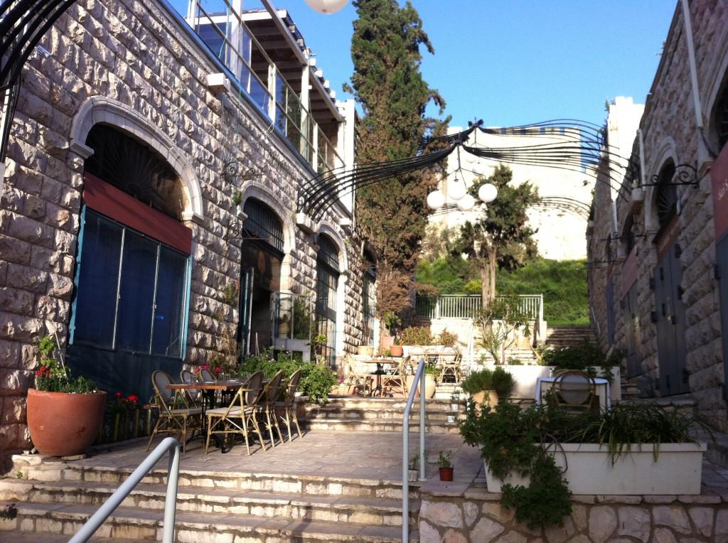 הכניסה למסעדה מול חומות העיר העתיקה.