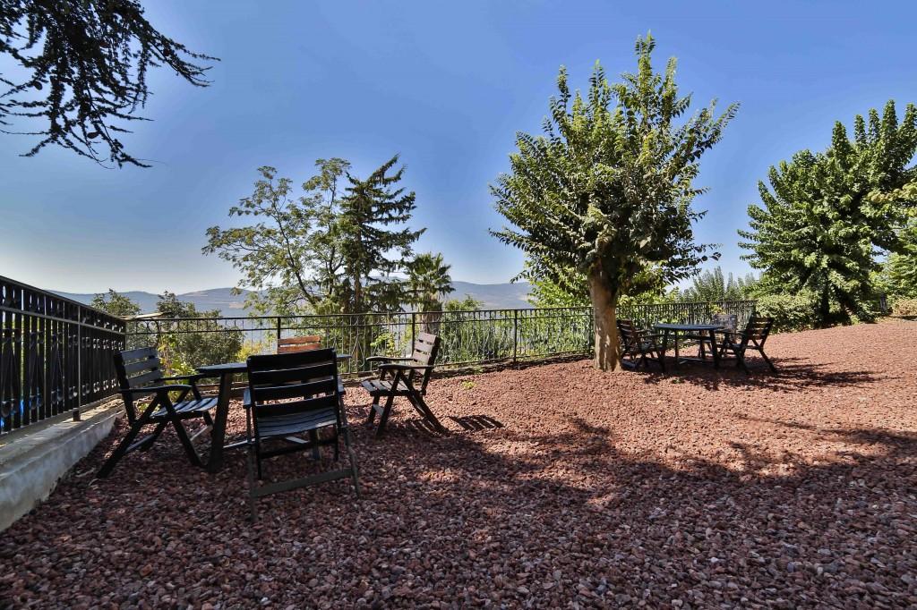 פינת ישיבה מול הר מירון. צילום: בן פרידמן