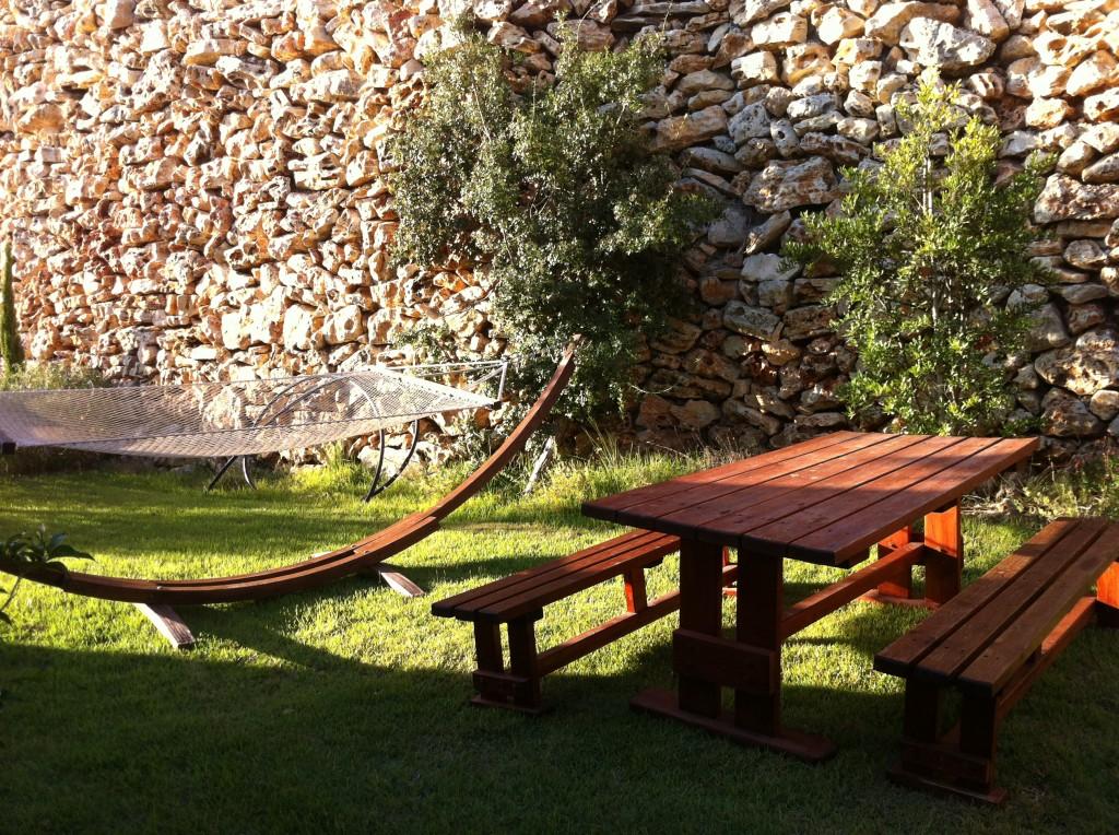 הגינה המקיפה את הווילה גדולה ובמפלס שונה מזו של השכנים.