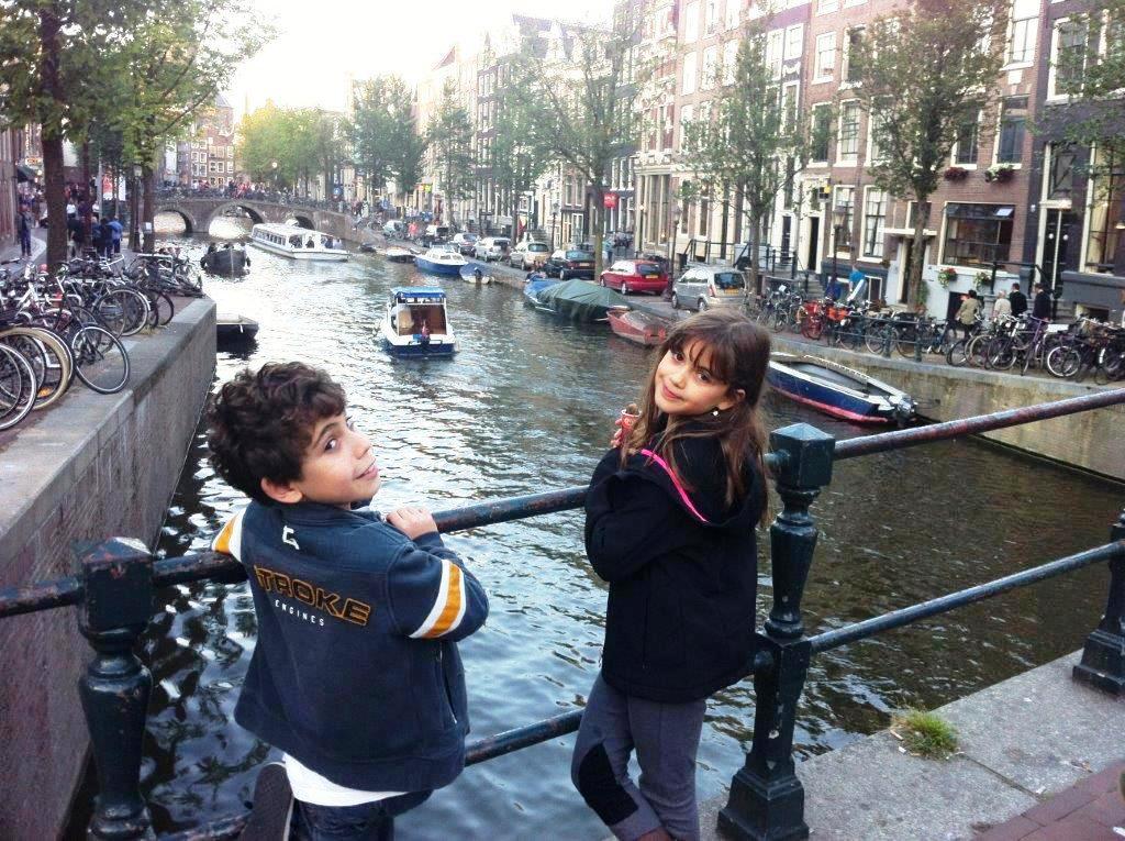 אמסטרדם והתעלות - זהירות מרוכבי האופניים! אל תלכו על מסלול הנסיעה שלהם.