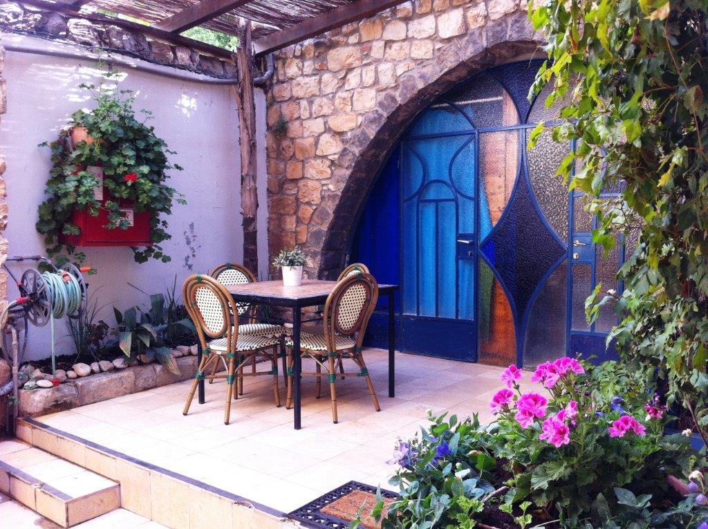 פינת ישיבה בחצר הפנימית, בין חדרי האירוח