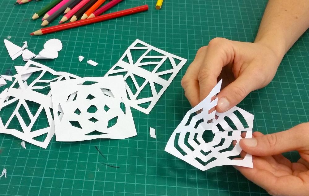 עיצוב משרביות באמצעות מגזרות נייר.