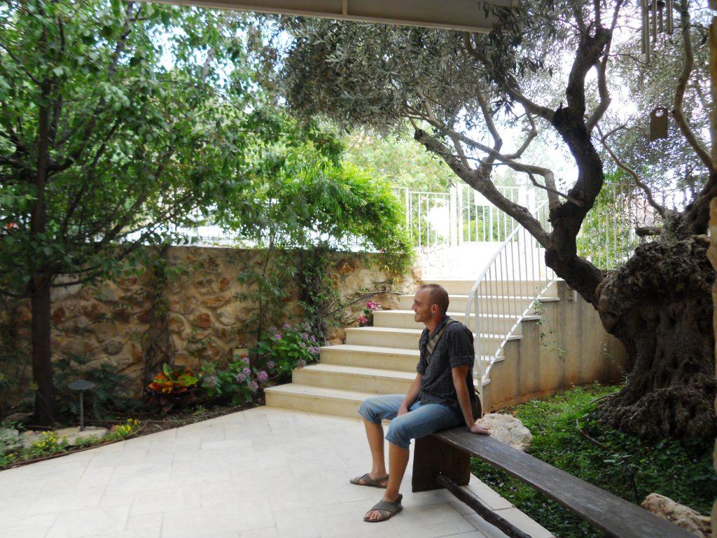 בתוך הגן המעוצב של אחוזת יסמין
