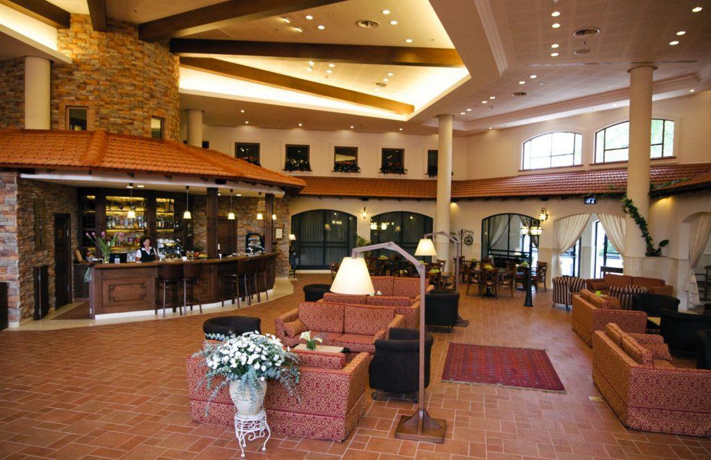 לובי המלון - כניסה ראויה לחדר האוכל המציע מטעמים.