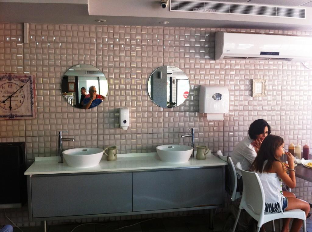 """מתקן רחצת ידיים חדיש ונקי. כנ""""ל גם השירותים."""