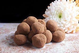 """הטראפלס של """"שולה"""" - גושי שוקולד במרקם מריר-מתוק."""