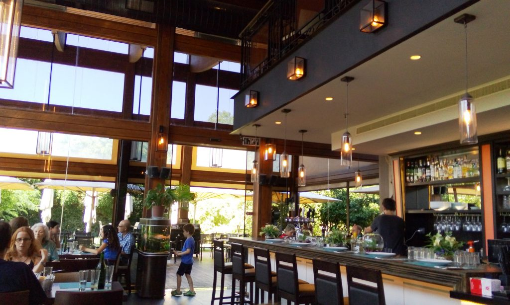 חלל מרווח, הנותן תחושה של חדר אוכל מודרני.