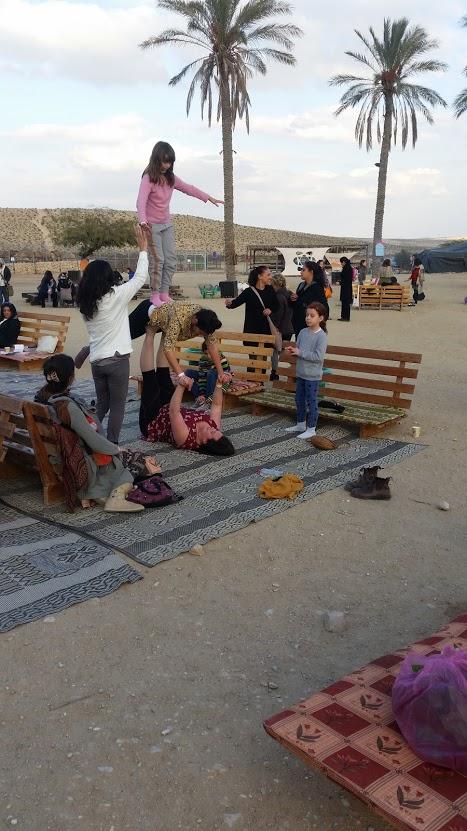 הילדים, בלי קשר לאימהות, עושים כיף בלה-אינדיגה