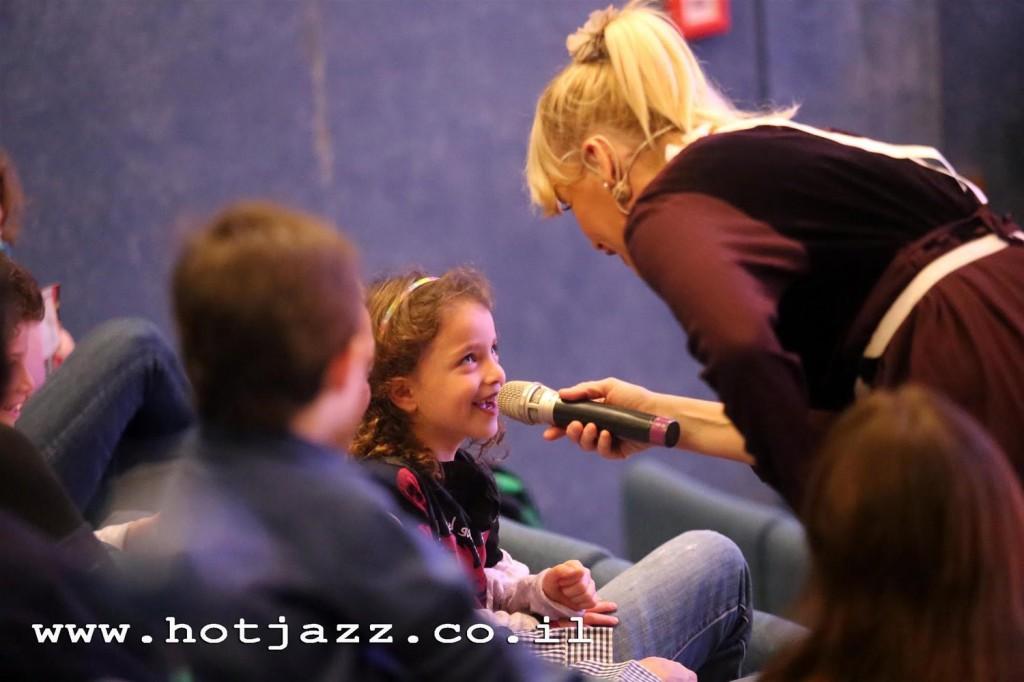 """ילדים רוקדים, שרים ומשתתפים במופעי הג'אז החם בהפקת """"שמיים"""", במוזיאון ת""""א."""