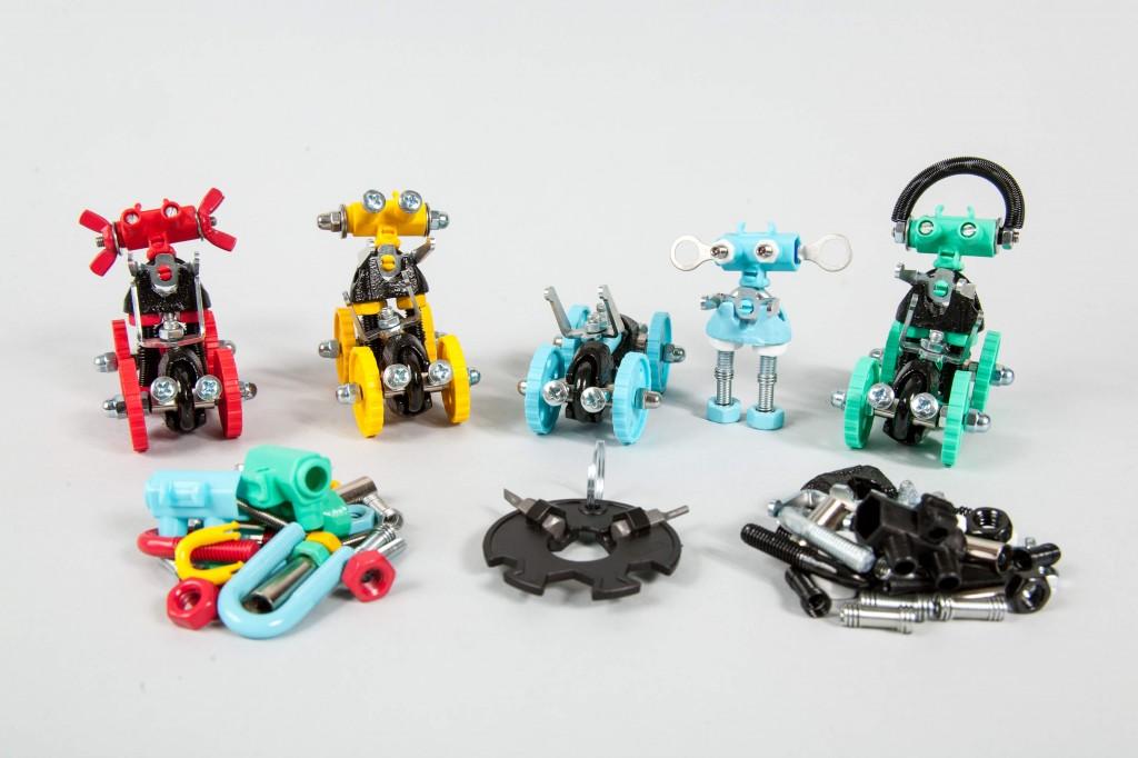 """בונים רובוטים ב""""אופביט"""". צילום רוני קאופמן."""