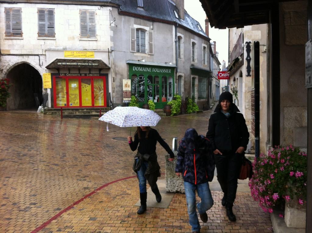 מטריות בסנסייר - אחרי העונה הרחובות שוממים והחנויות ברובן סגורות.