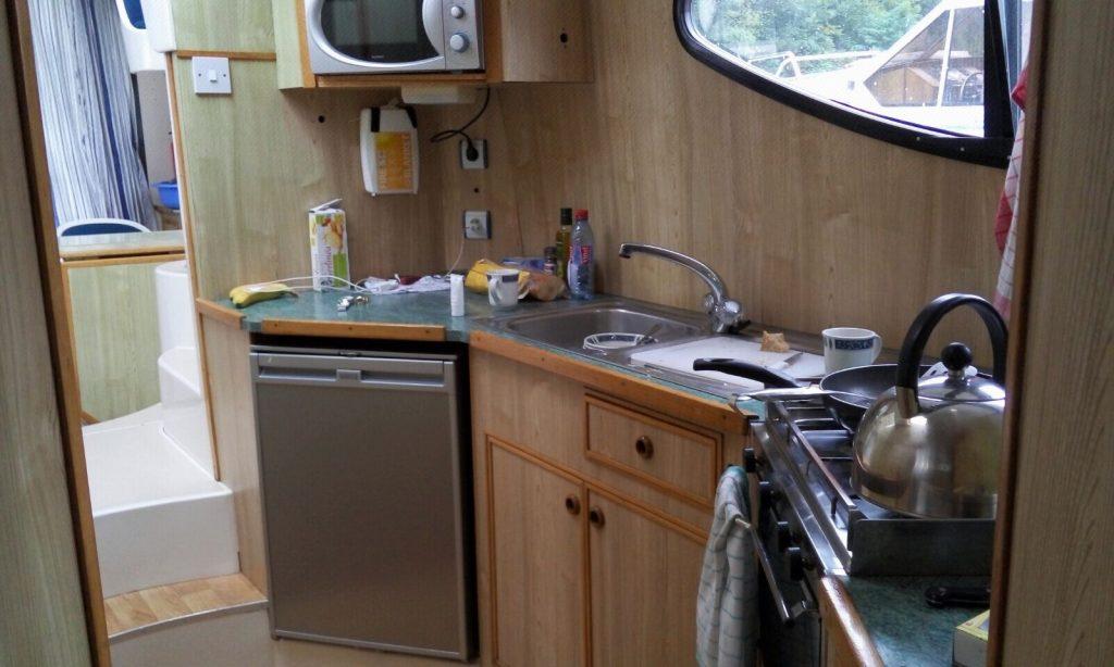 מטבח היאכטה מאובזר כהלכה: אין מיקרו, יש תנור וכירה חשמלית.