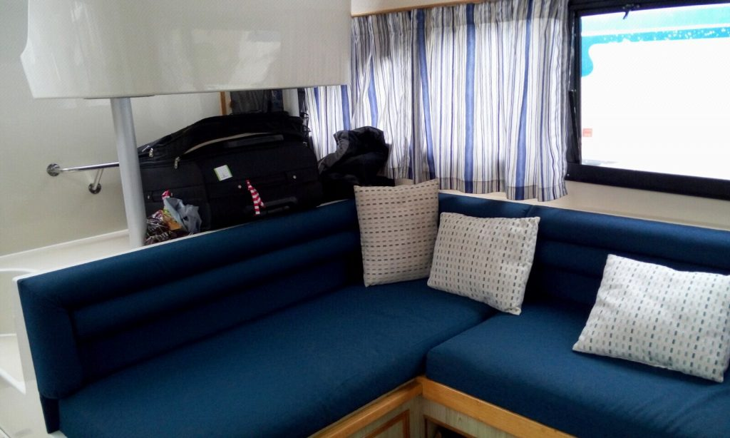 סלון היאכטה. יש גם שולחן שכנפיו מתקפלות וכסאות נוחים.
