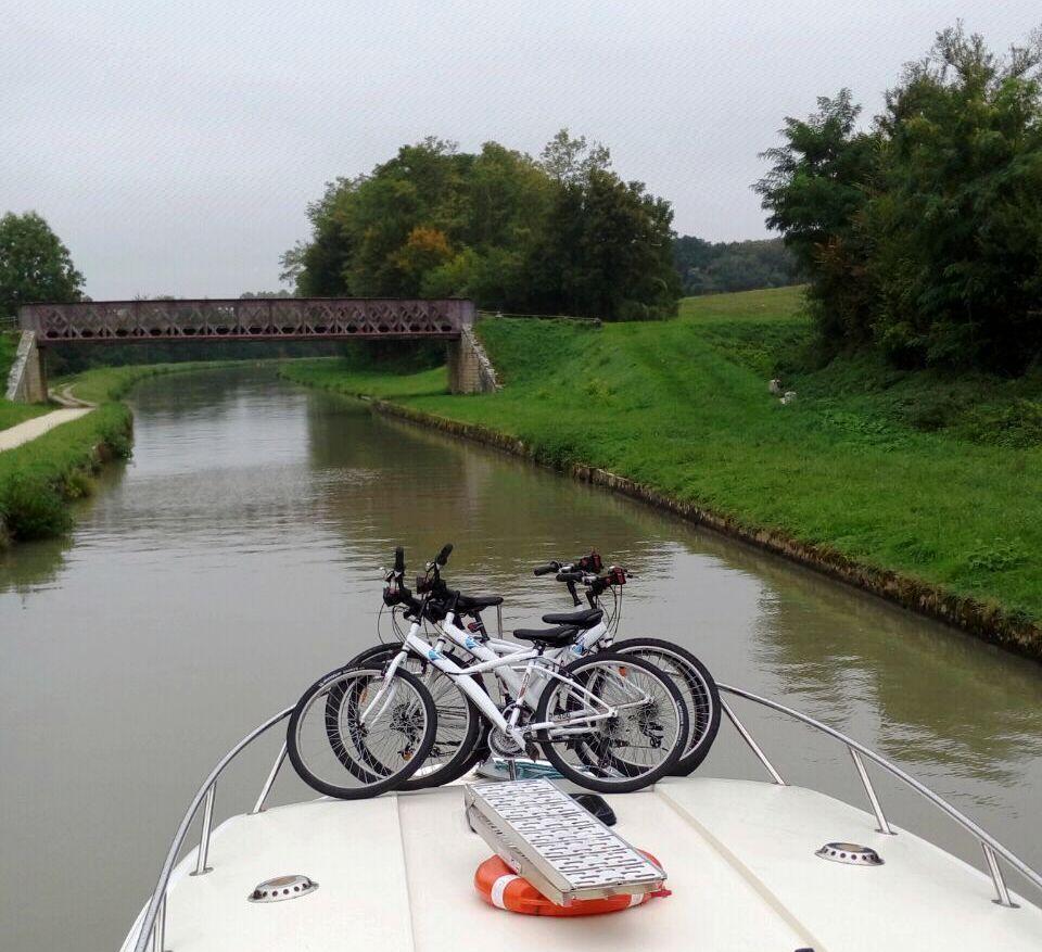 בימים גשומים האופניים נותרים על הסיפון. בימים יפים צריך לדאוג שיהיה זמן גם לטייל, לא רק לשוט.