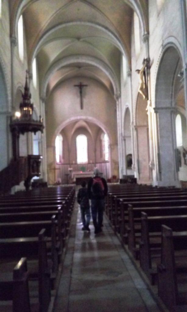 בכנסייה בסנסייר - יש באזור יקבים רבים ואפשרות לטייל ולטעום.
