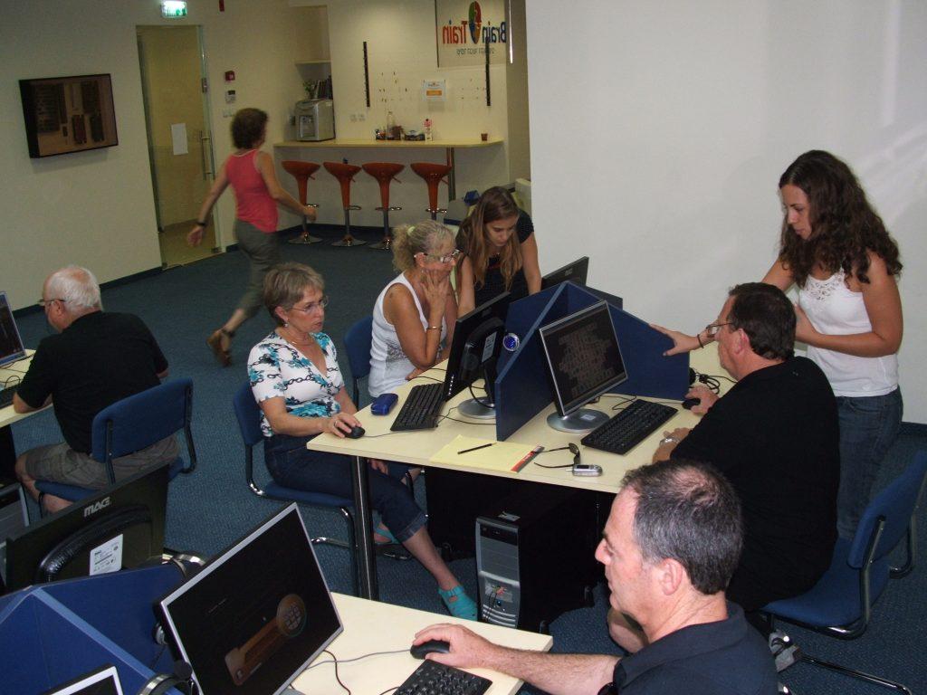 אימוני מוח בעזרת מחשב בסניף רעננה של המכון.