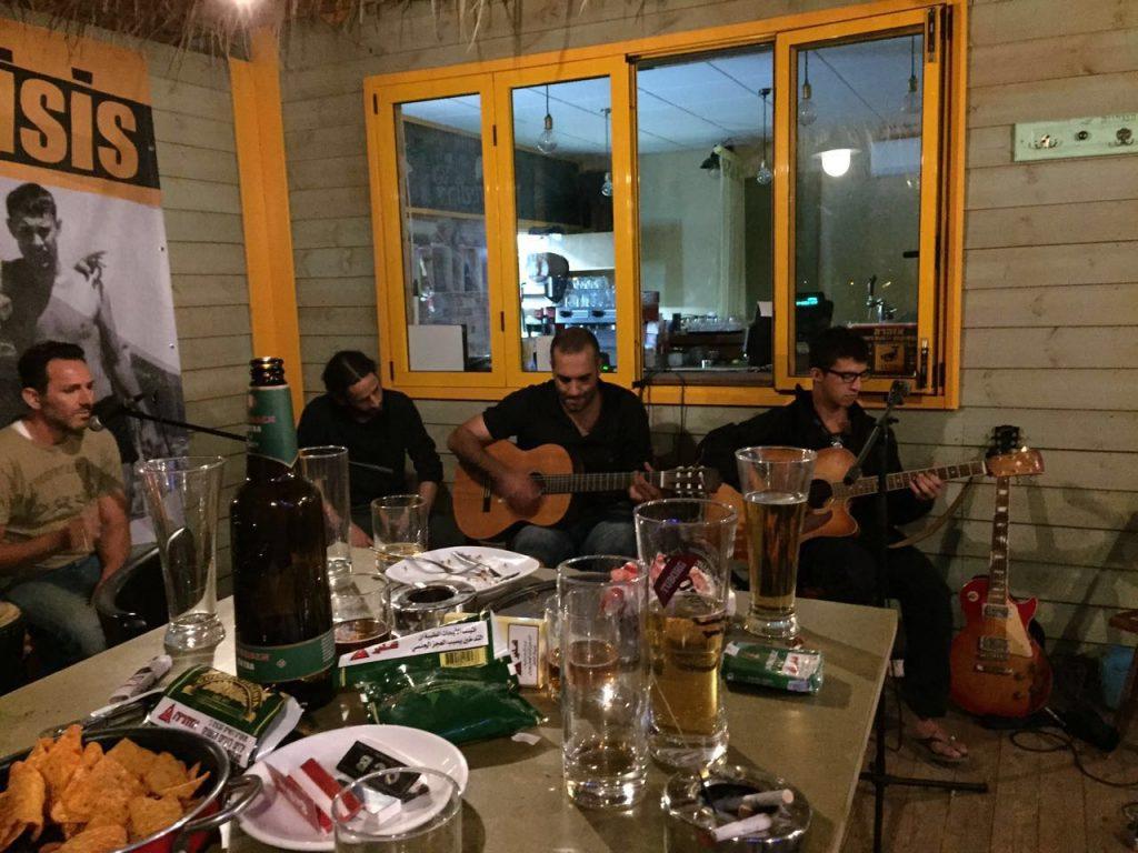 בערב, כשהבדידות והמרחבים קצת מעיקים, פותחים שולחן ועושים שמח בנגריה.