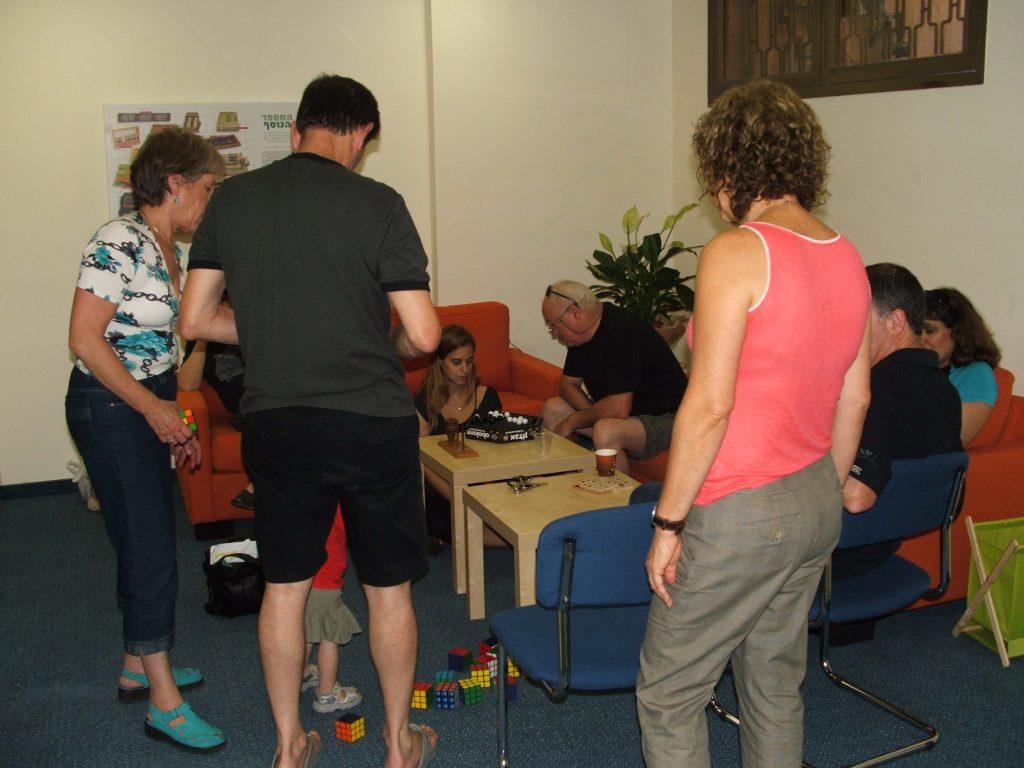 משחקי מחשבה מחברים אנשים במכון בריין טריין.