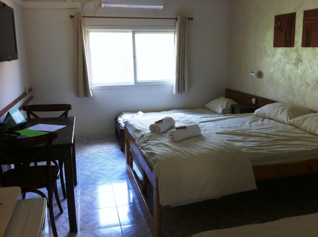 החדר נקי, ממוזג, לא מנקר עיניים אך ניכר שחשבו על כל פרט.