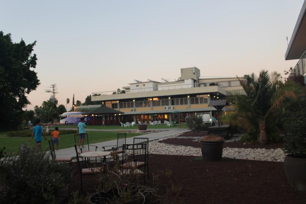 בקיץ יש את הכינרת. בעונות האחרות יש את שבילי הקיבוץ, מוזיאון יגאל אלון ושפע מתקנים הפזורים במרחב הגנים.