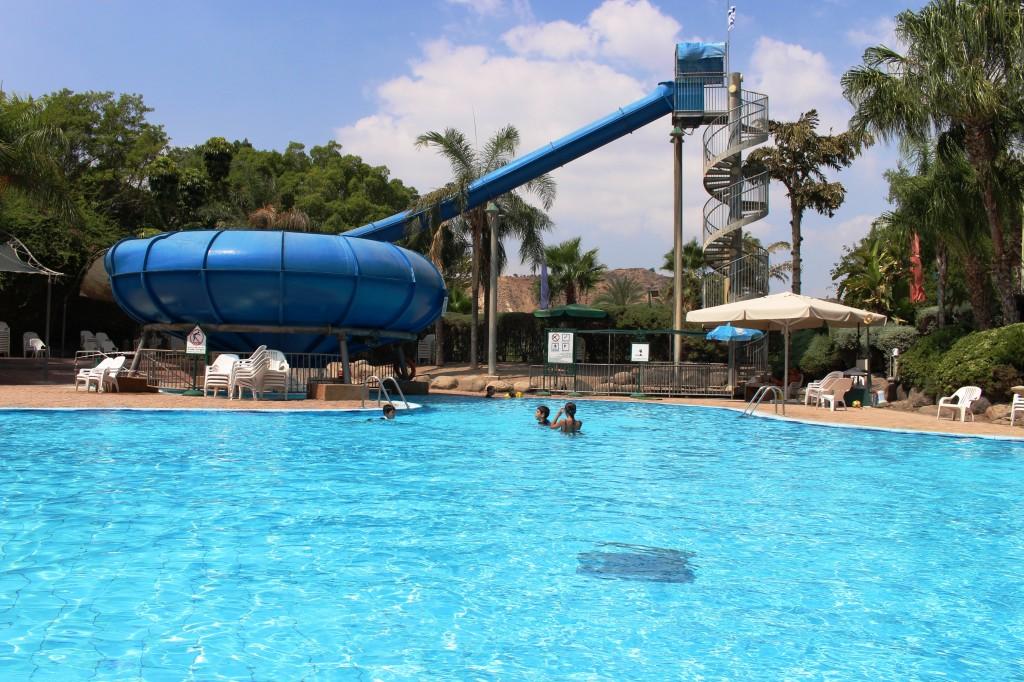 באמצע השבוע יש שפע מקום בבריכה, והמגלשה נהפכת לאטרקציה אמיתית.