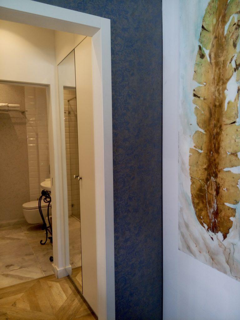 חדר האמבטיה ופינת ארונות הקיר. ניצול נכון של חלל הדירה.