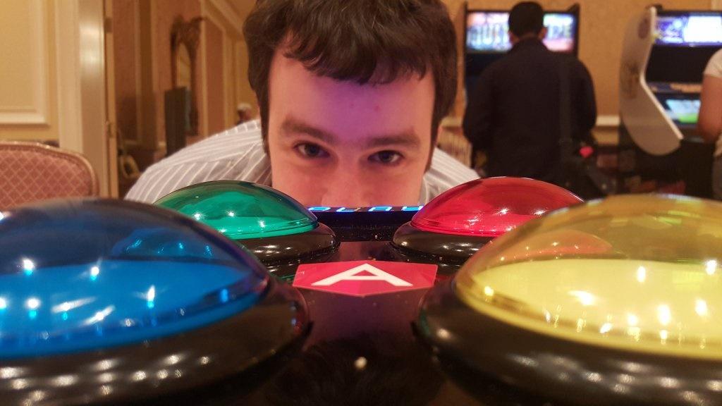 אורי שקד עם משחק סיימון