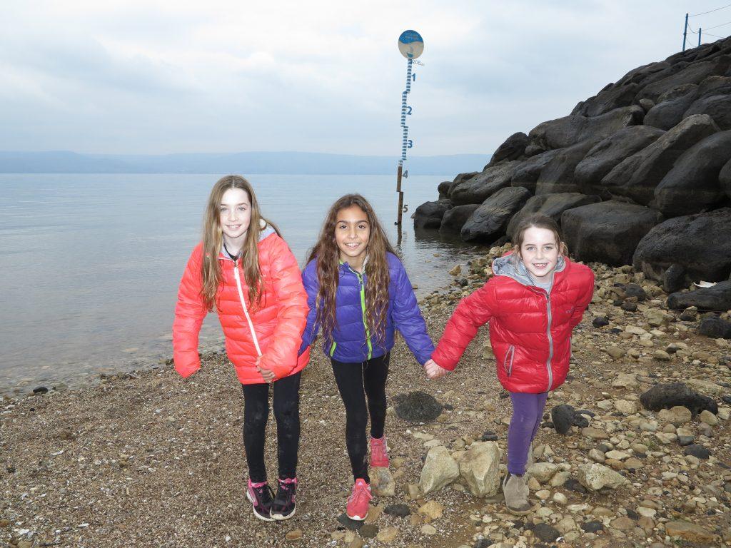 שלוש קיבוצניקיות צעירות עם מד המים בחוף גינוסר בכינרת