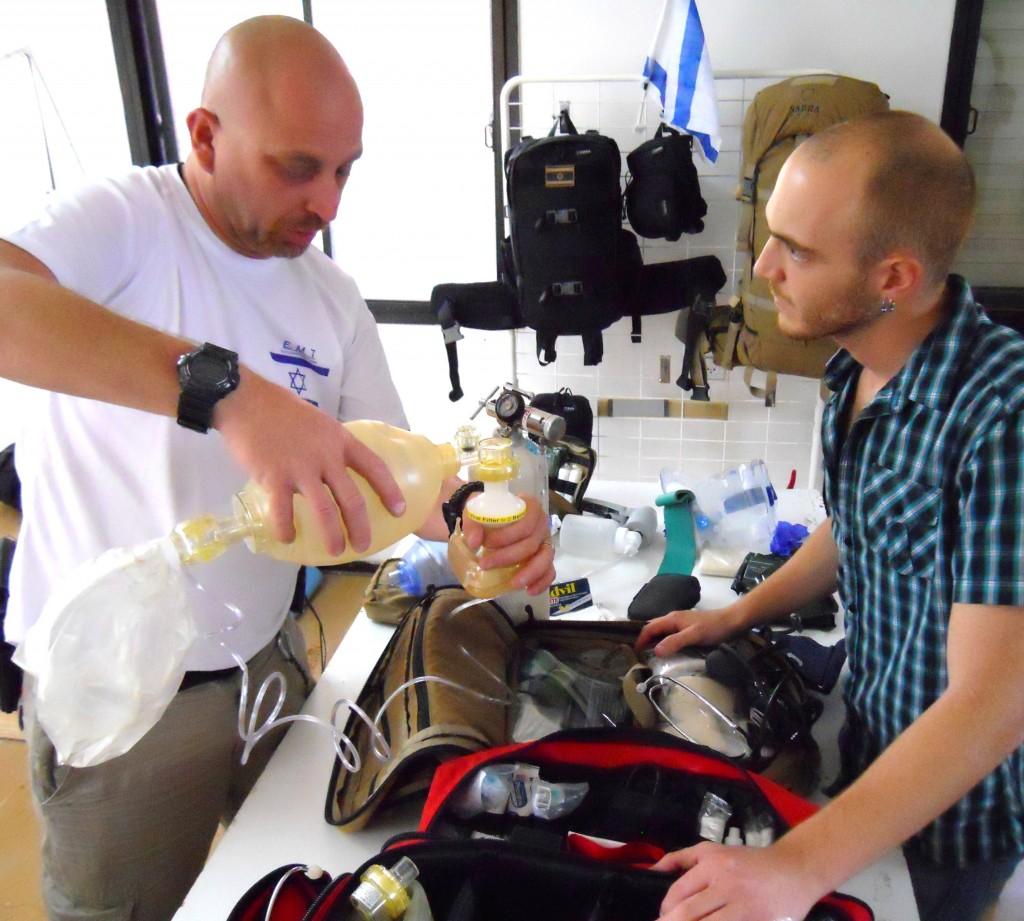 פיתוח הציוד מתבצע בשיתוף עם אנשי מקצוע מנוסים. בצילום: ערן (מימין) עם החובש אבי בר חיים.