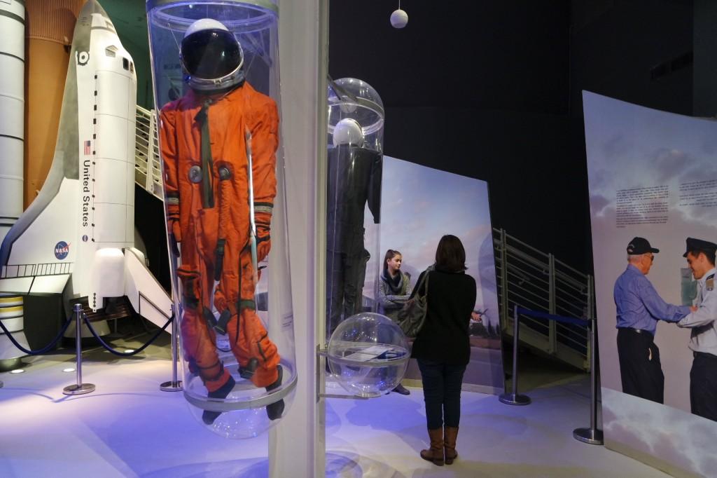 חליפת חלל ופריטים מהיסטוריית התעופה של אילן רמון - במרכז המבקרים.