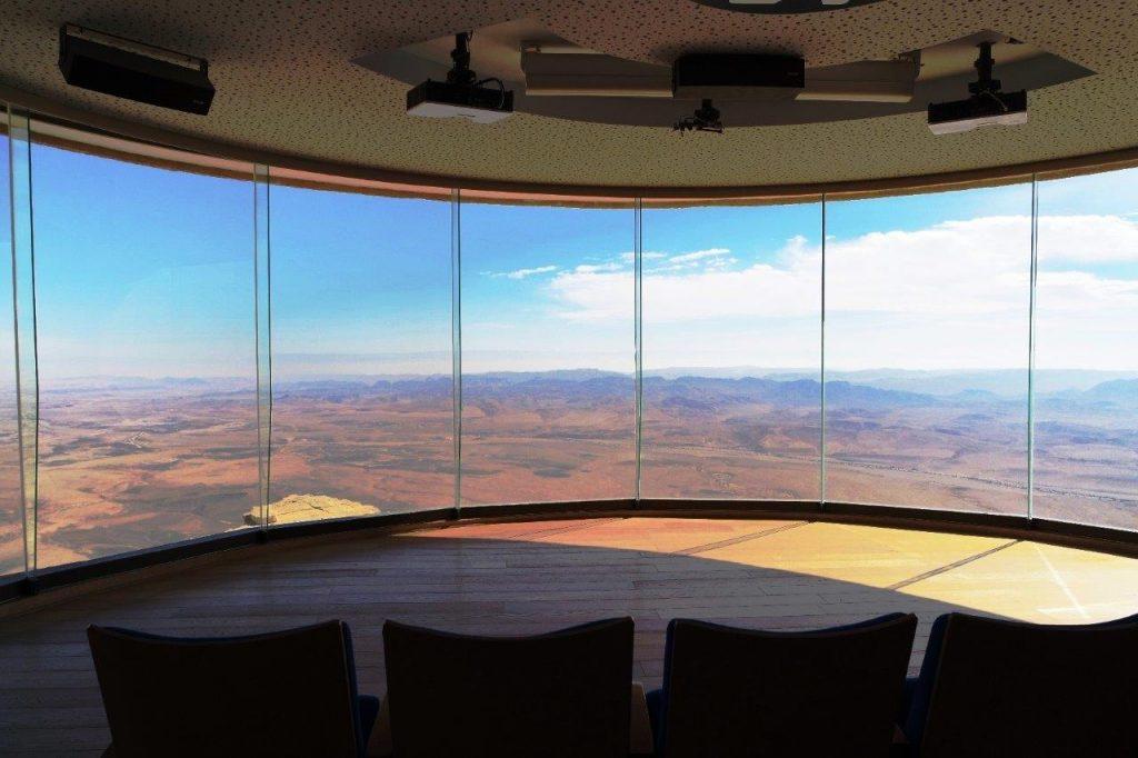 הסרט הסתיים, ווילונות אולם הצפייה נפתחים אל הנוף המושלם של המכתש הגדול בעולם.