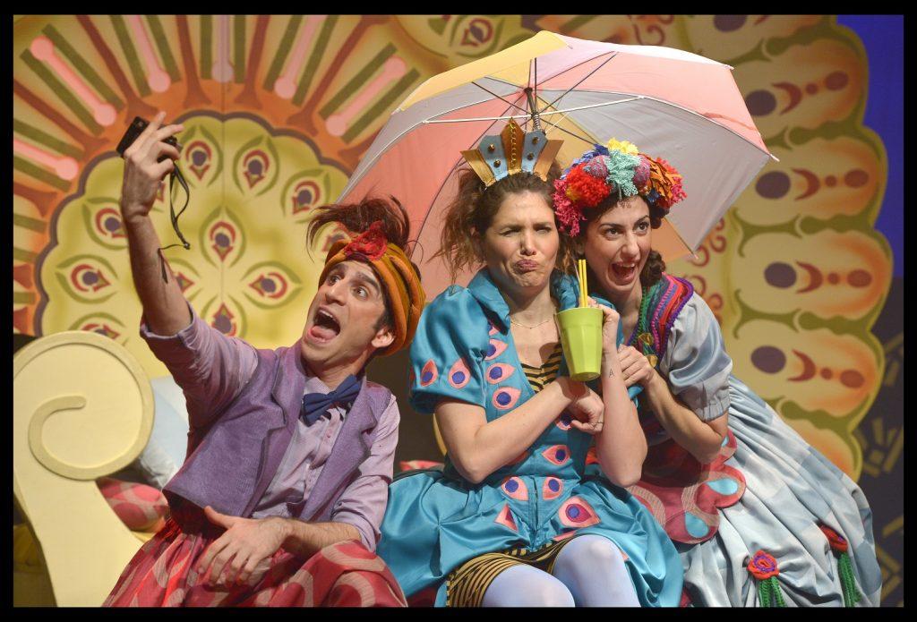 מתוך ההצגה פרצוף חמוץ של תיאטרון אורנה פורת. צילום יוסי צבקר.