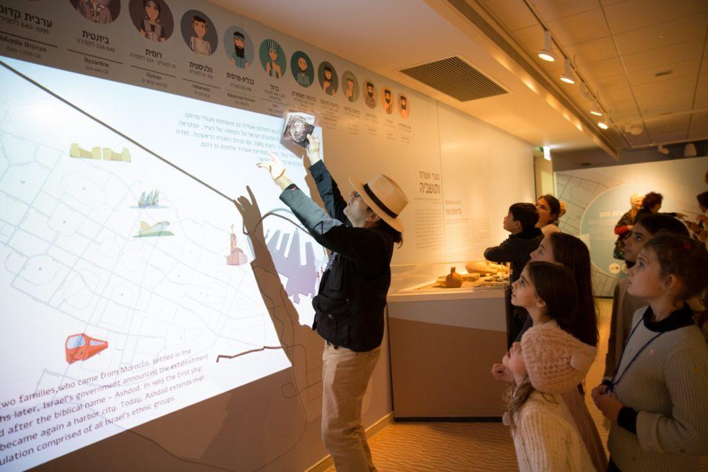 """חושפים את העבר ב""""חולות הזמן"""" במוזיאון באשדוד."""